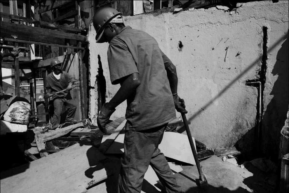 18) Рабочие сносят дома в фавеле Жардим.
