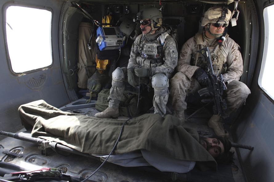 18. Афганца с огнестрельным ранением, но в стабильном состоянии перевозят на вертолете над городом Маржах в ближайший госпиталь. (AP Photo/Brennan Linsley)