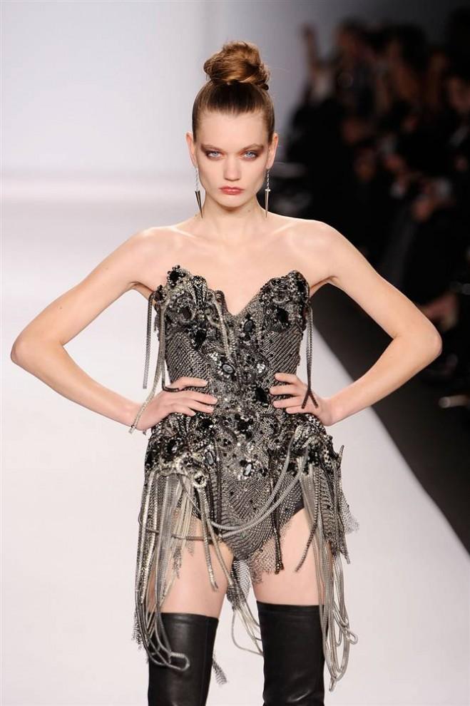 18. Модель в наряде от «Ecco Domani Fashion Foundation». (Jemal Countess / Getty Images)