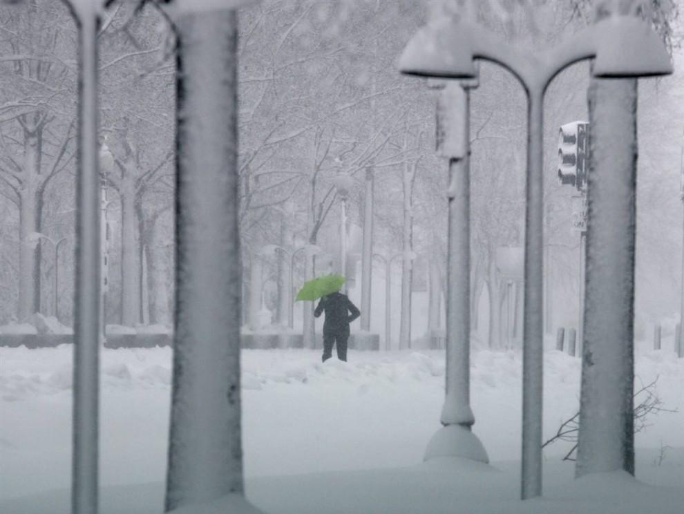 19. Женщина идет вдоль Пенсильвания Авеню во время метели в Вашингтоне. Национальная метеорологическая служба объявила штормовое предупреждение в регионе Вашингтоне-Балтимор до 10 вечера в субботу. (Richard Clement / Reuters)