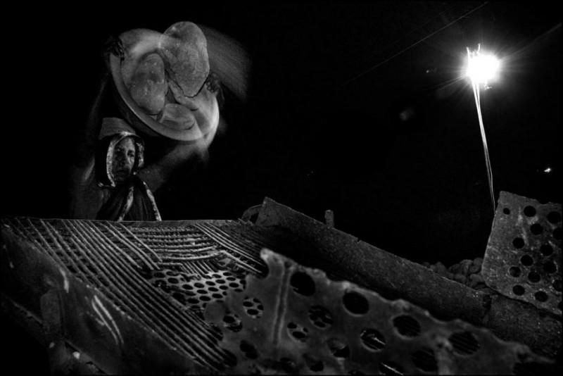19) Суфия Хатун (43 года) работает у машины по дроблению камней. Иногда работает ночи напролёт. Естественно никаких сверхурочных она не получает.
