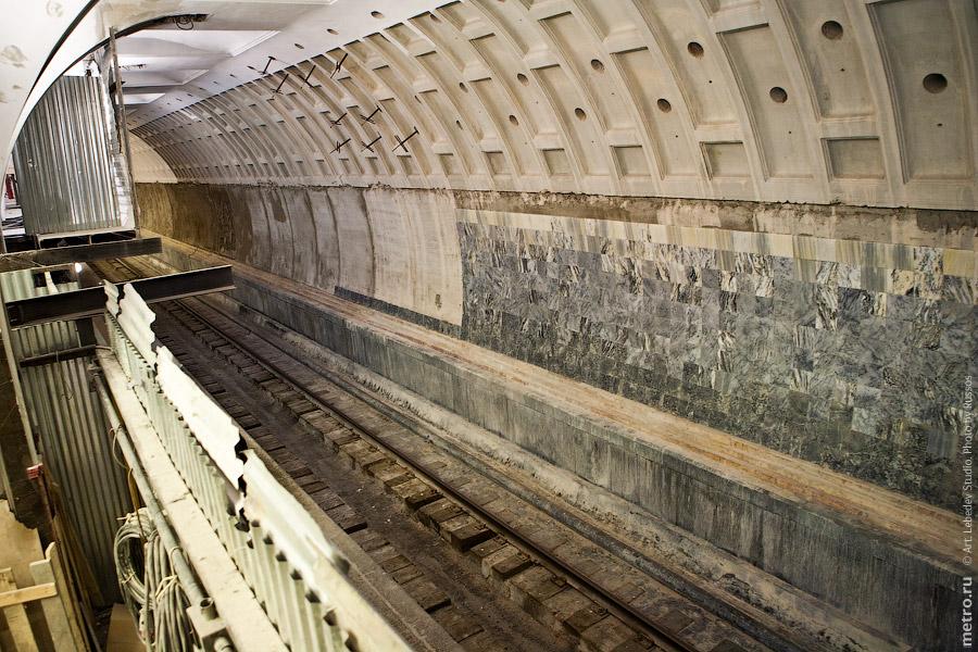 18. А вот так вот сейчас выглядит путевая стена. Просверленные дырки в облицовке — это отверстия к пробкам для нагнетания.