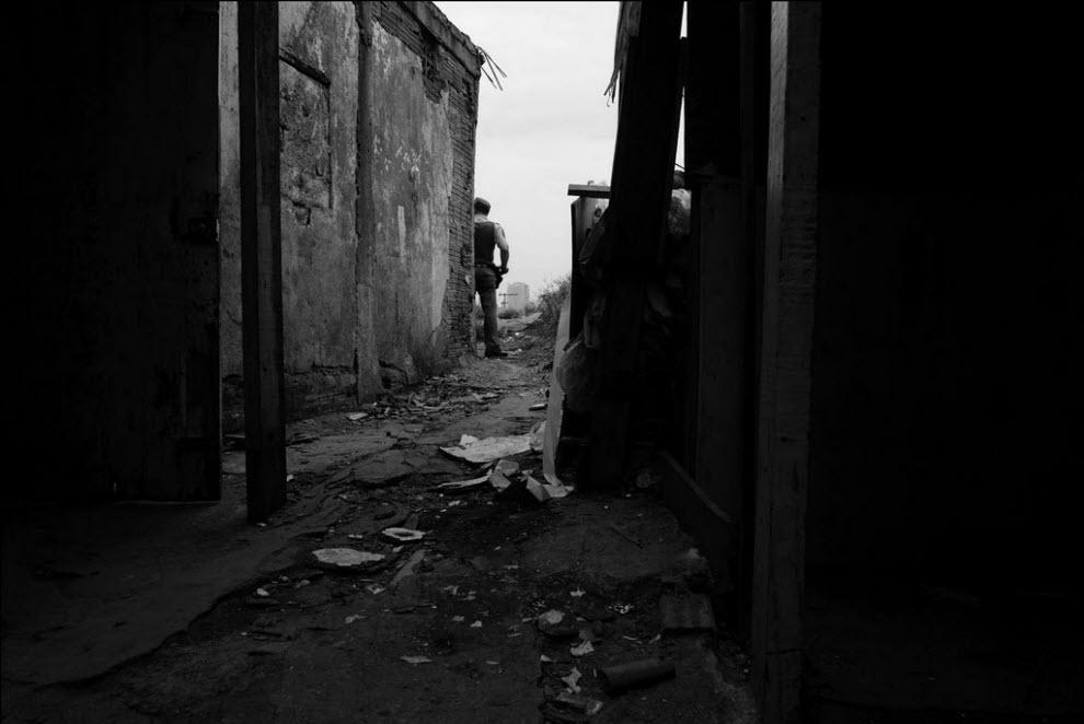 19) Полицейские и соцработники ходят по домам и говорят, когда снесут их дома и чтобы они собирали вещи.