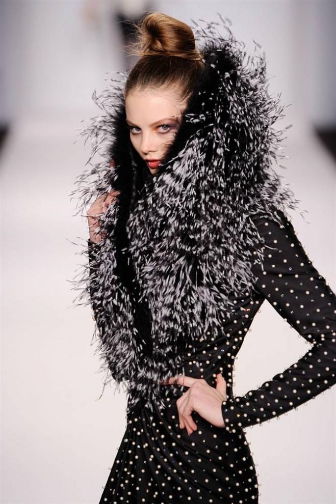 19. Модель демонстрирует творение от «Ecco Domani Fashion Foundation». (Jemal Countess / Getty Images)