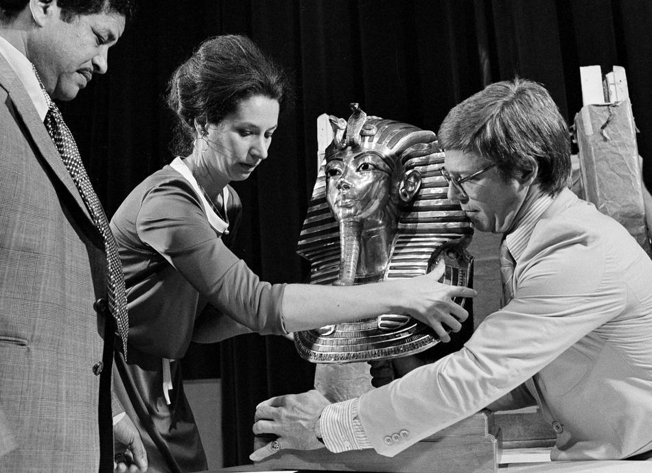 20. Барбара Холл из Университета Чикаго и Йел Нилэнд достают сокровища Тутанхамона в Новом Орлеане 6 сентября 1977 года. (AP Photo)