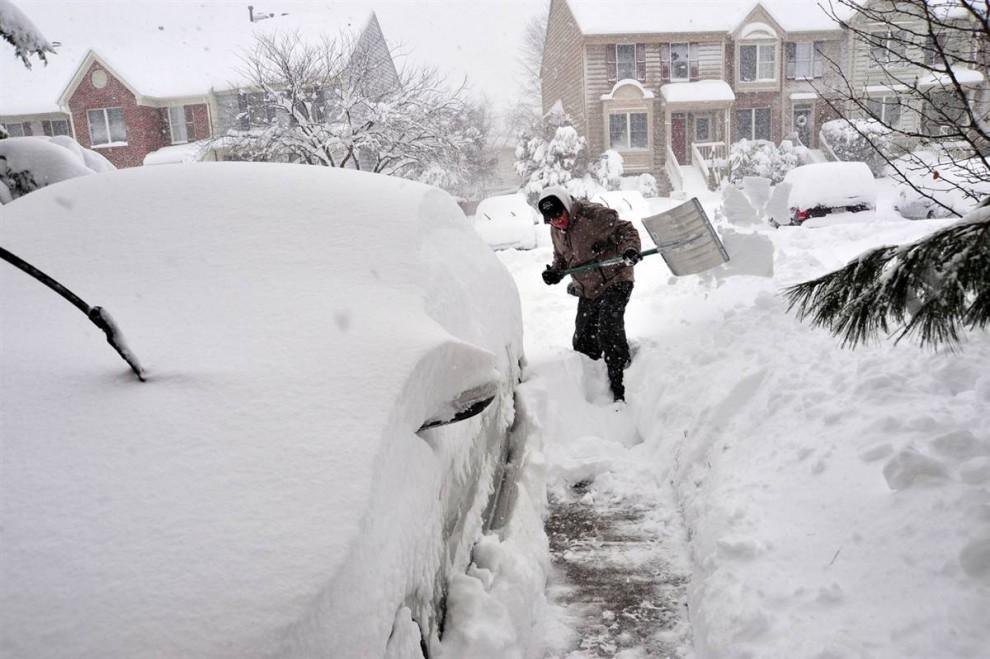 20. Мужчина раскапывает автомобиль в Манассасе, штат Вирджиния. Буря и снегопады парализовали движение на дорогах. (Karen Bleier / AFP - Getty Images)