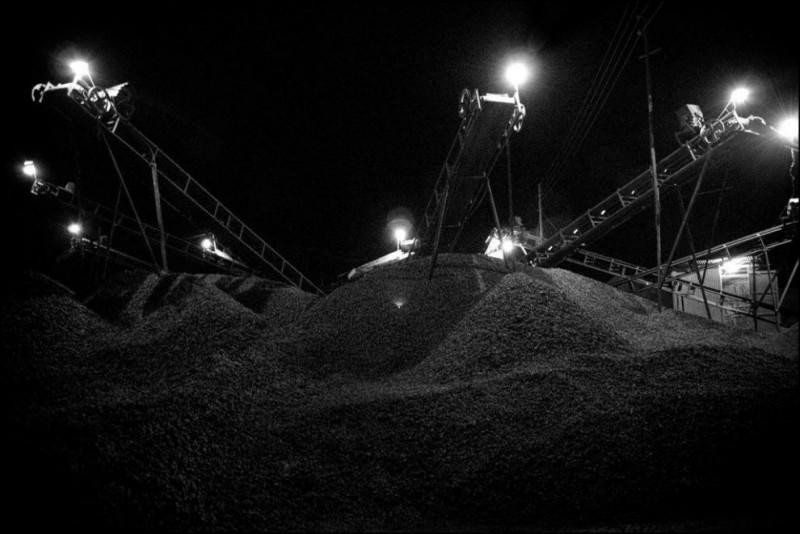 20) Люди и машины день и ночь работают на каменоломнях, от машин исходит свет, но не исходят эмоции, у людей напротив много эмоций, а вместо света тьма, захватившая их жизни.