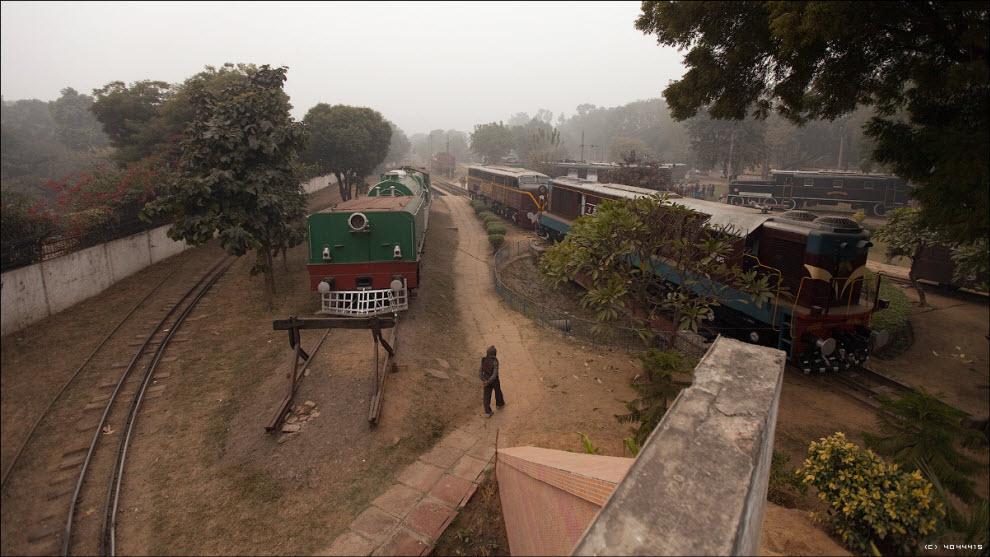 20) Индийские железные дороги закупили в 1957 году около сотни американских локомотивов фирмы ALCO. Через 20 лет интенсивного использования этим машинам заменили дизельные двигатели на более современные, чем продлили срок их использования до сегодняшних дней...