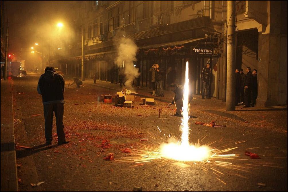 19) Местные жители запускаю фейерверку по случаю празднования Китайского нового года. (Reuters/Nir Elias)