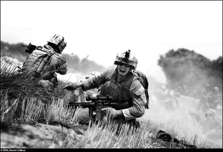 20) Морской пехотинец просит ему помочь под огнем автомата, Афганистан.