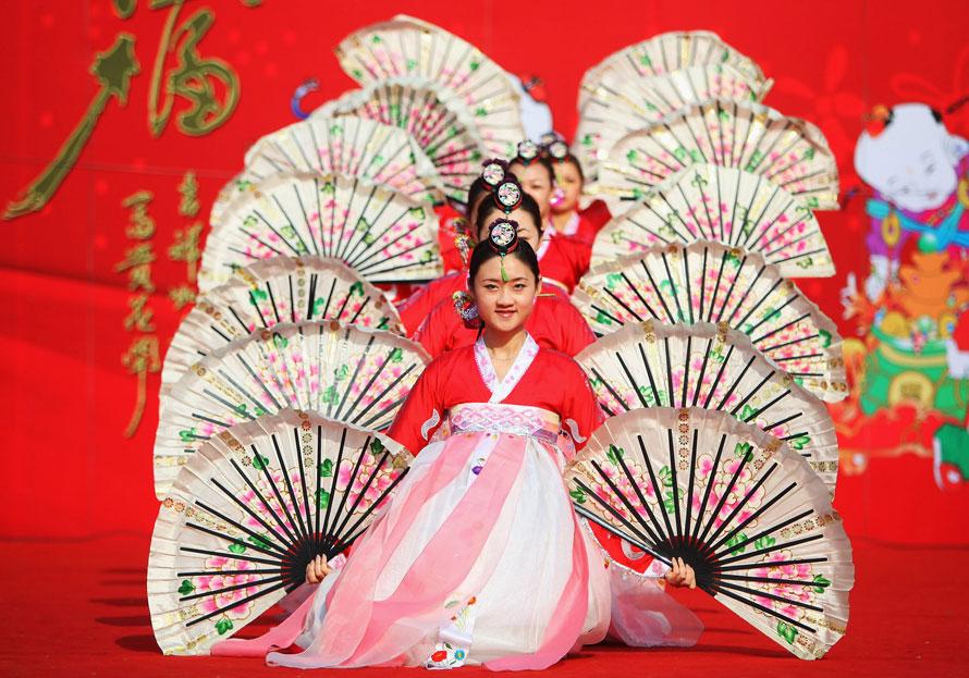 20. Китайские народные артисты выступают у храма во время празднования китайского нового года тигра в Пекине. Празднование китайского лунного нового года, также известного как фестиваль весны, начинается в первый день первого месяца лунного нового года и заканчивается фестивалем фонариков на 15-ый день. (Photo by Feng Li/Getty Images)