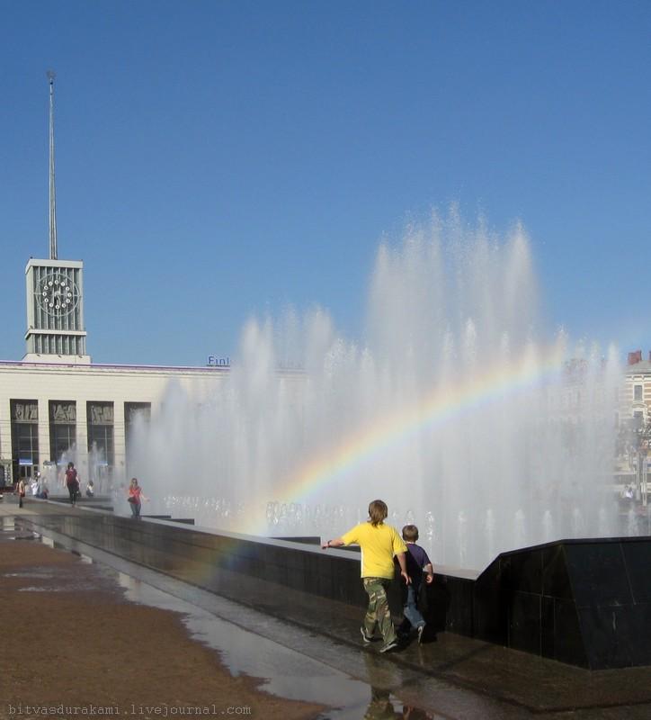 21) Петербург, май 2007, фонтаны у Финляндского вокзала.
