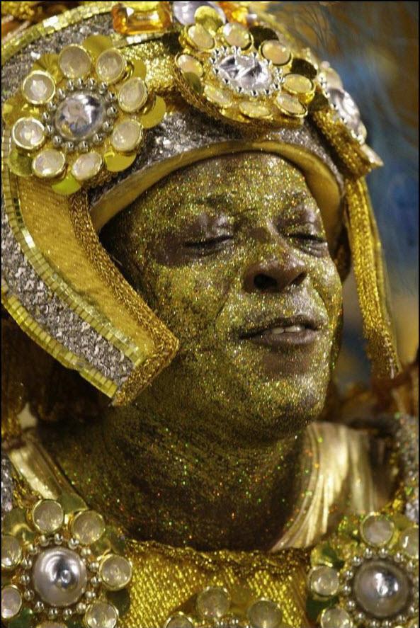 01) Участник карнавала от самба-школы Вила Изабель.