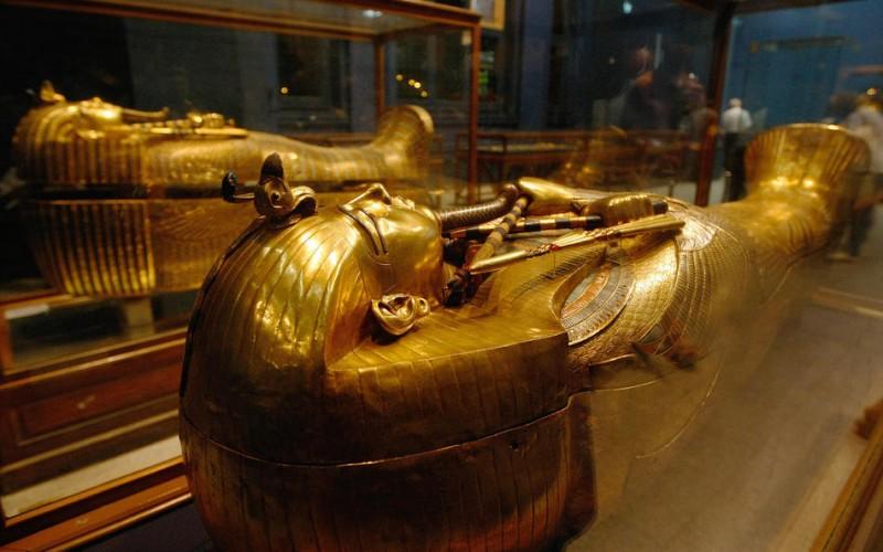 Один из золотых саркофагов фараона Тутанхамона в музее в Каире. Это третий и самый дальний гроб с мумией, сделанный из толстого золота. На заднем фоне можно увидеть второй золотой гроб. (CRIS BOURONCLE/AFP/Getty Images)