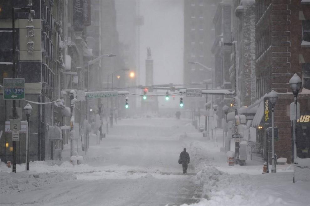 21. Одинокий пешеход идет по Калверт Стрит во время снегопада в Балтиморе 6 февраля. (Carolyn Kaster / AP)