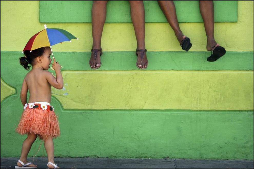 20) Ребенок принимает участие в карнавали в бразильском Олинде.