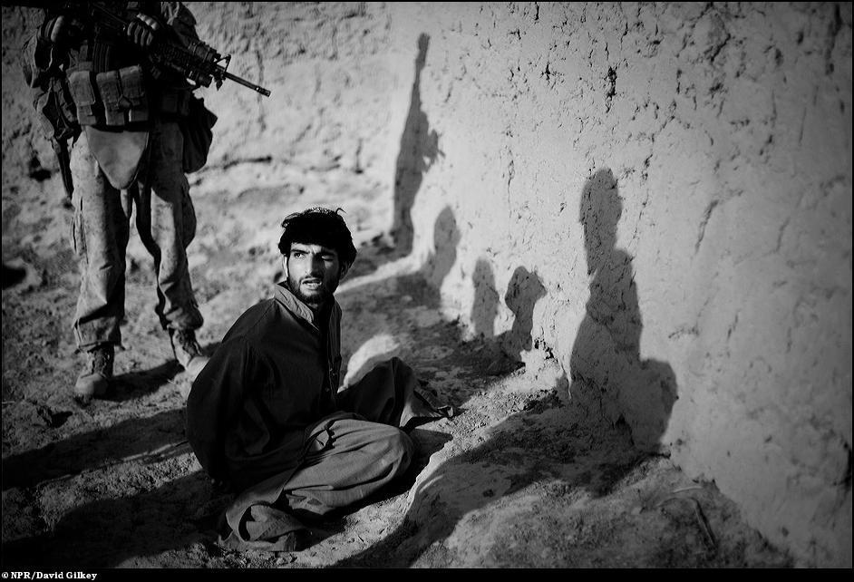 21) Допрос афганца, который стрелял в солдатов США.