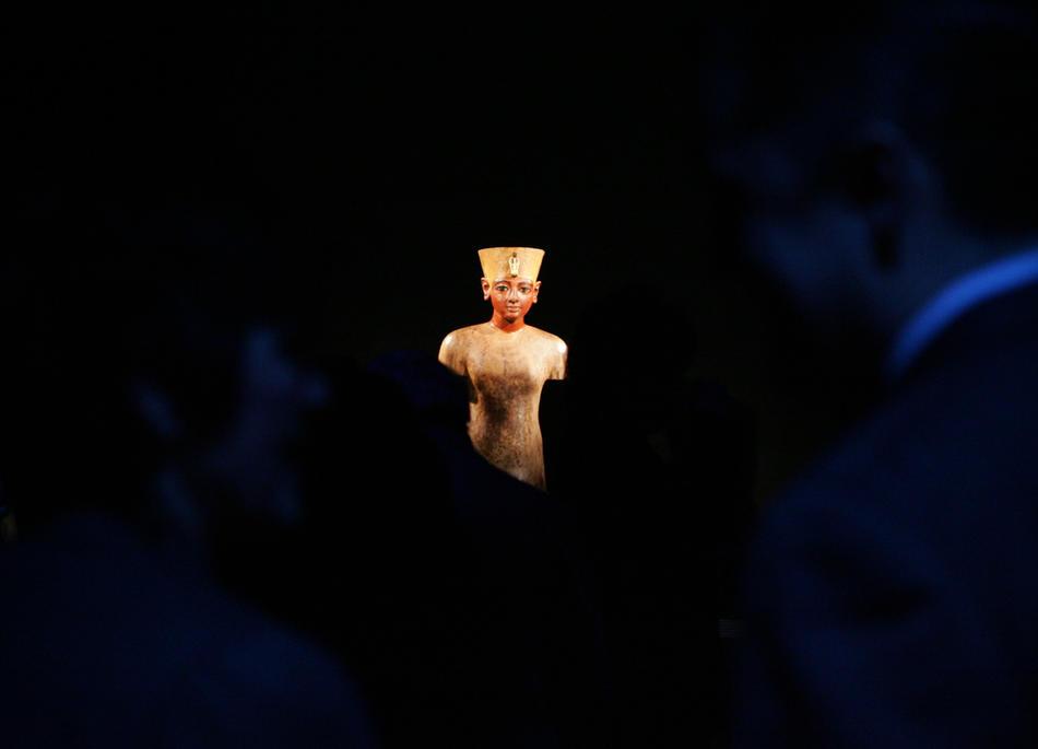 22. Деревянная фигура Тутанхамона в институте Франклина в Филадельфии. Этот 3000-летний манекен стал частью обширной коллекции из более чем 130 предметов из гробницы Тутанхамона и других гробниц Долины Фараонов, которые были выставлены в институте с 3 февраля по 30 сентября 2007 года. (AP Photo/Jacqueline Larma)