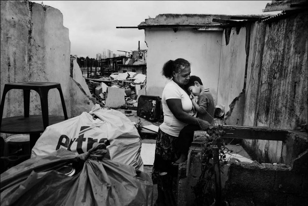 22) Мария Креуза да Силва и ее пасынок Жоао Аугусто Реис покидают свой дом.