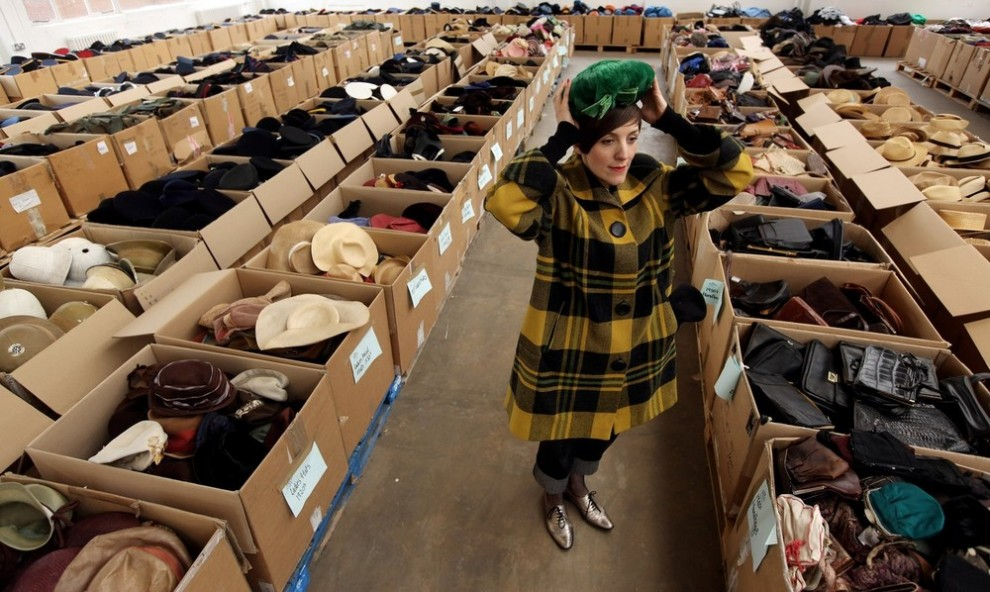2. Женщина примеряет зеленую шляпку на складе «Angels Costumiers» перед субботней ретро-распродажей 3 февраля 2010 года в Лондоне. Британская компания известна как старейший поставщик костюмов для театра и кино. (Photo by Oli Scarff/Getty Images)