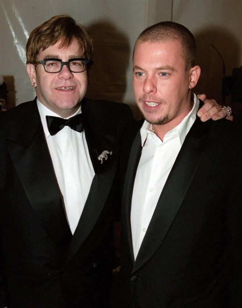 23. Легенда музыкальной сцены Элтон Джон и дизайнер Александр МакКуин прибыли на открытии «Луи-Виттон-Мот Хеннесси Тауэр» в Нью-Йорке в декабре 1999 года. (Doug Kanter / AFP - Getty Images)