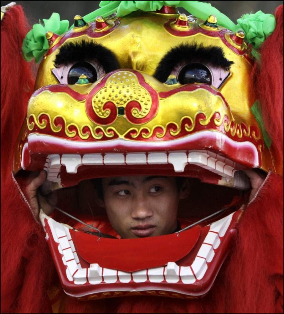 22) Актер смотрит из маски льва. (Reuters/Jason Lee)