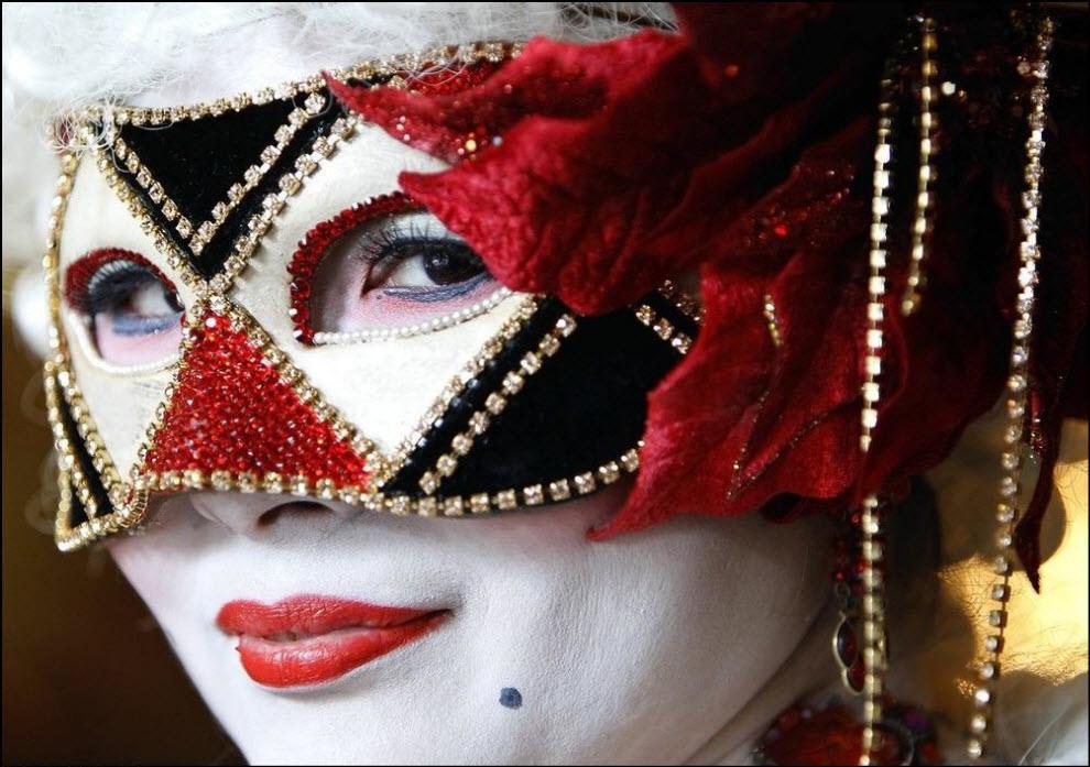 22) Участница карнавала в Венеции.