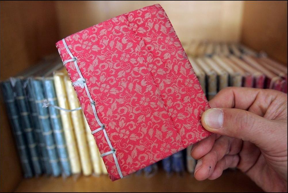 23) Делают вот такие записные книжки. (Getty Images/Chung Sung Jun)