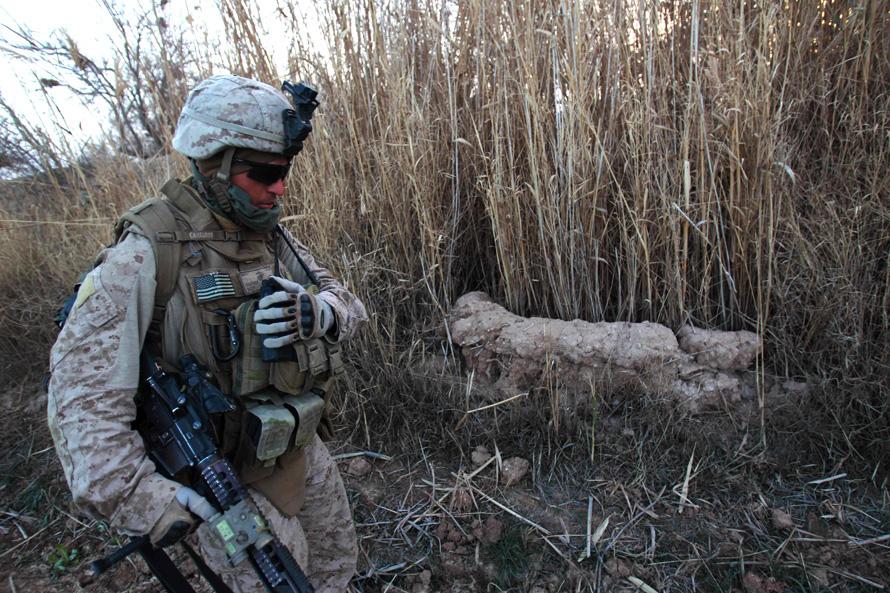 23. Морпех из третьего батальона 6-ого полка МП проходит мимо бывшего бункера талибов в канале у здания, контроль над которым установили морпехи после небольшой перестрелки с боевиками. (AP Photo/David Guttenfelder)