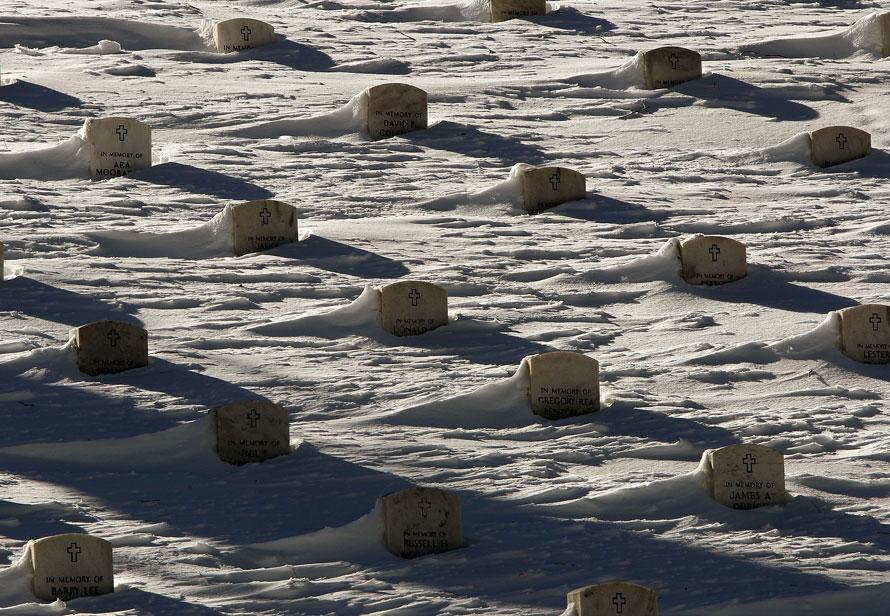 23. Свежевыпавших снег наполовину накрыл надгробья на национальном кладбище Арлингтона в штате Вирджиния. Столица США начинает «раскапываться» после крупнейших снегопадов, выпавших здесь за последние несколько недель. (Photo by Win McNamee/Getty Images)