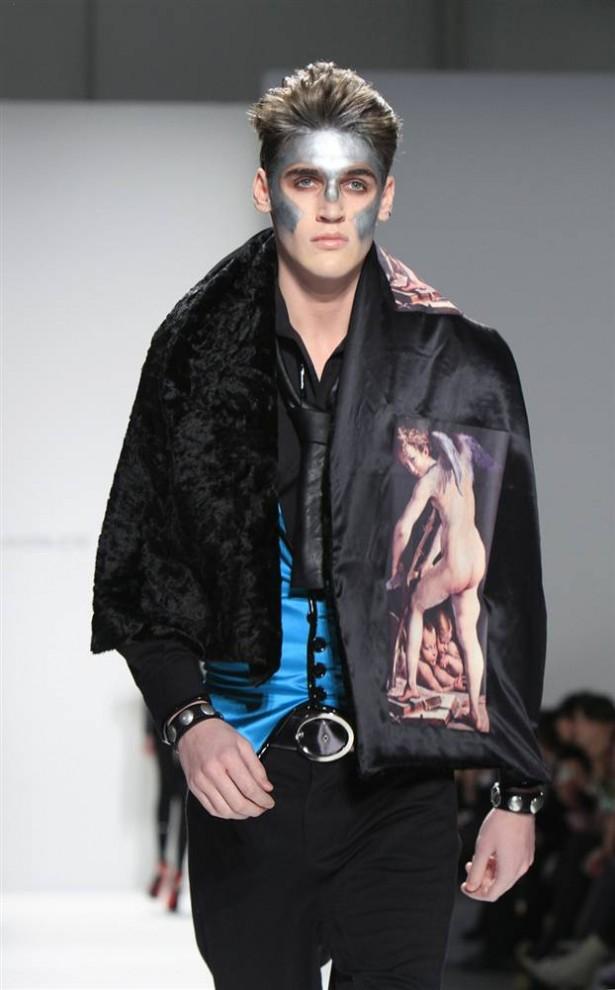23. Модель демонстрирует наряд в футуристическом стиле от Вассилоса Костетсоса. (Cary Horowitz / Reuters)