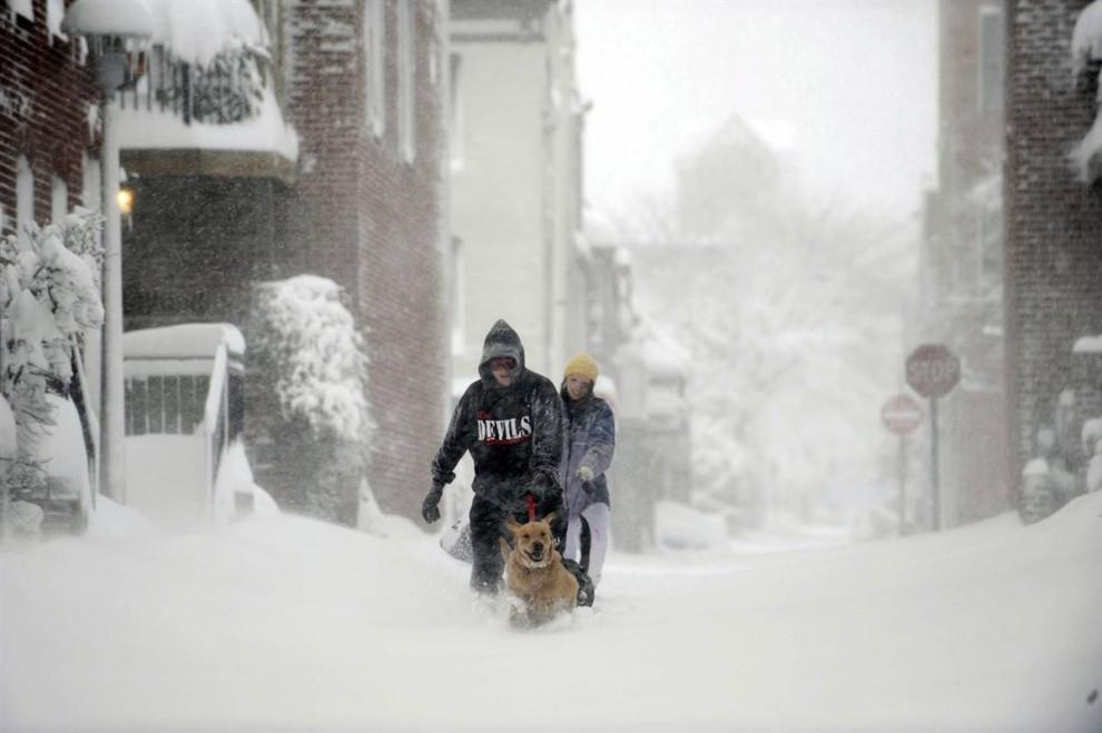 23. Дейв Донаху и Бет Лидински выгуливают собак по снегу в Балтиморе 6 февраля. (Gail Burton / AP)