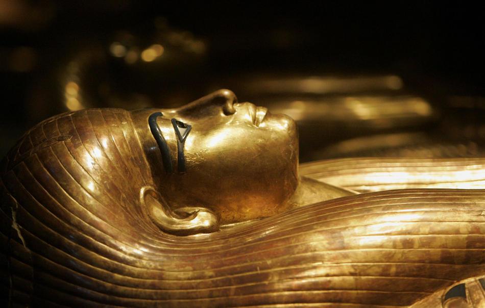 24. Позолоченный и изысканно украшенный гроб Туйи, предположительно прабабушки Тутанхамона, представлен в музее Чикаго в рамках выставки «Тутанхамон и золотой век фараонов». На выставке было представлено более 130 сокровищ из гробниц фараона, известного, как «мальчик-фараон», и других королевских гробниц. (AP Photo/M. Spencer Green)
