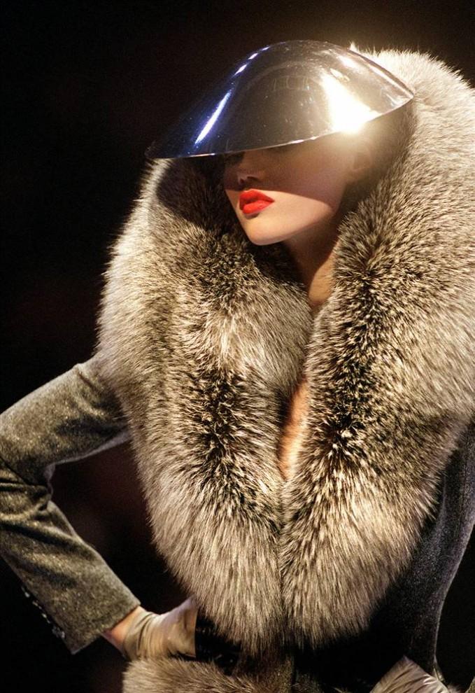 24. Лисий воротник с металлическим шлемом от Александра МакКуина можно было увидеть на показе коллекции осень/зима 1998-1999 «Givenchy» в Париже 3 марта 1998 года. (Pierre Verdy / AFP - Getty Images)