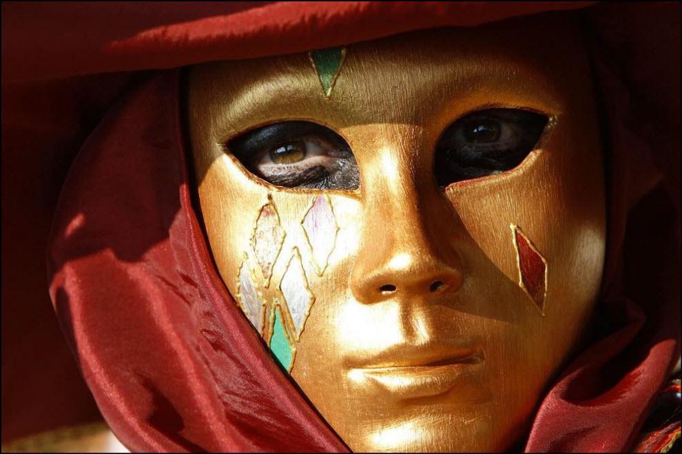 23) Участник карнавала в Венеции.