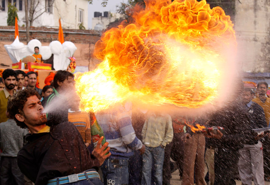 24. Пожиратель огня участвует в процессии перед Шивратри в Джамму. Шивратри – фестиваль, посвященный поклонению богу Шива. (AP Photo/Channi Anand)