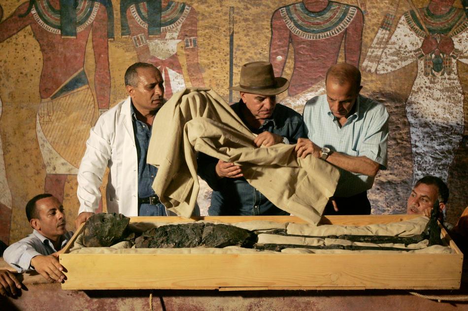 25. Доктор Захи Хавасс (в центре) следит за перемещением мумии фараона Тутанхамона из его каменного саркофага в известной Долине Фараонов в Луксоре, Египет, 4 ноября 2007 года. (AP Photo/Ben Curtis, Pool, File)