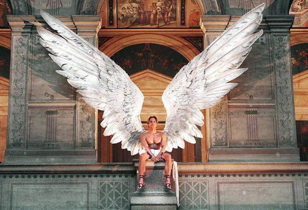 25. Модель с обнаженным торсом и огромными крыльями Икара сидит на балконе «Ecole des Beaux-Arts» в Париже. Это было частью декорации для представления коллекции весна/лето 2001 от «Givenchy», которую придумал Александр МакКуин. (Pierre Verdy / AFP - Getty Images)