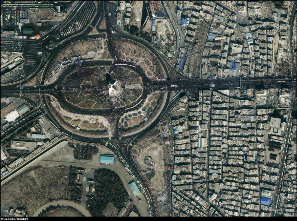 25) Площадь Азади в Тегеране. На площади проходит митинг в годовщину иранской революции.