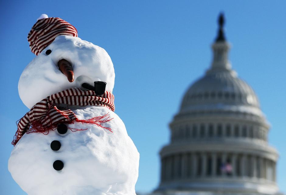 17. Снеговик на фоне Капитолия в Вашингтоне.