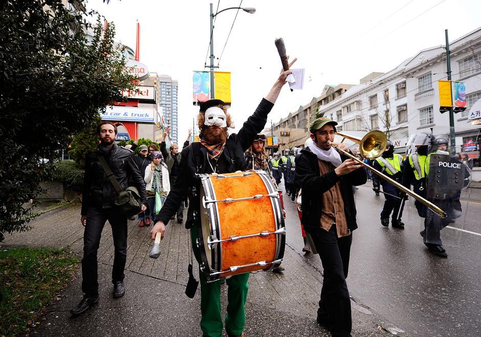 11) Марш демонстрантов по одной из улиц в центре Ванкувера до начала массовых беспорядков.