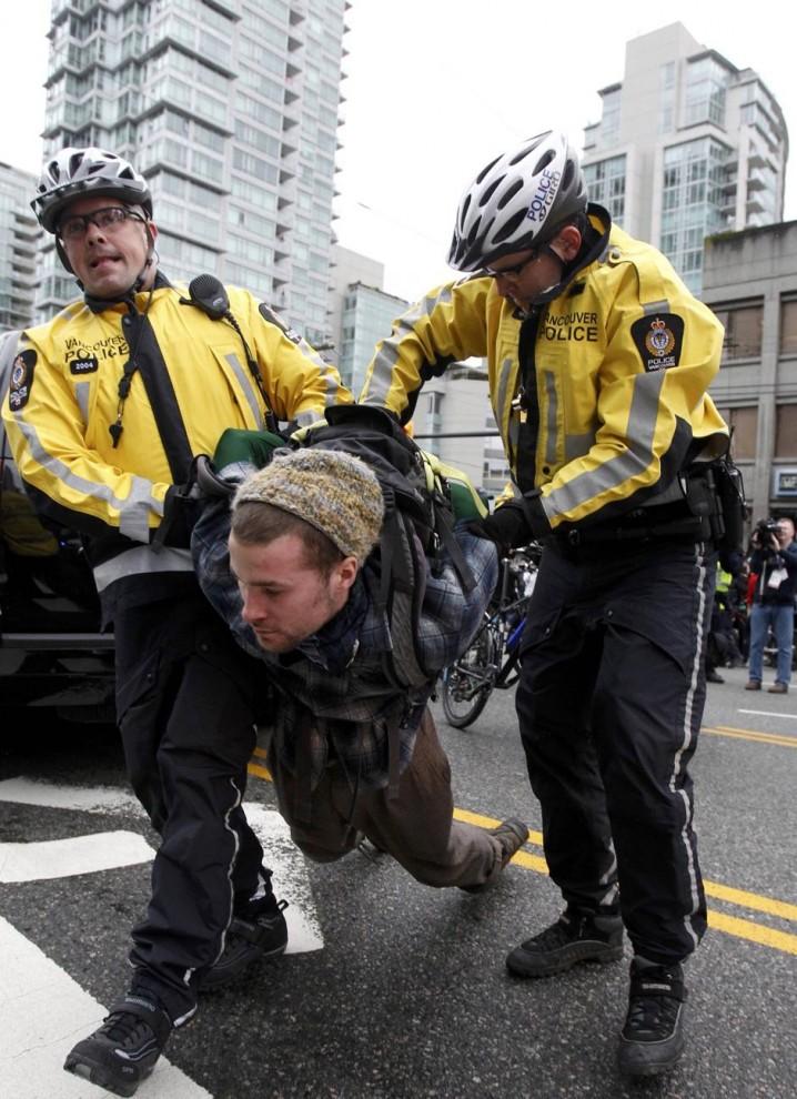 5) После того, как демонстранты пошли на штурм отрядов полиции, последние приступили к массовым арестам.