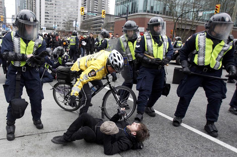 4) Часть полицейских приехала к месту беспорядков на велосипедах.