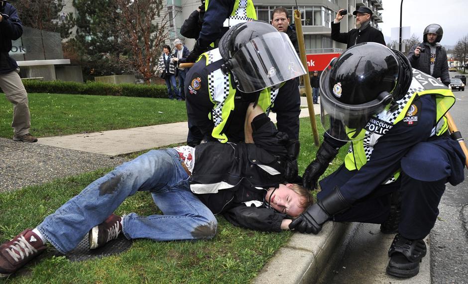 3) Ранее сообщалось, что за безопасностью на протяжении зимних Олимпийских игр в Ванкувере будут следить 15 тысяч полицейских, военнослужащих и частных охранников. Меры безопасности обойдутся канадскому правительству в $850 млн.