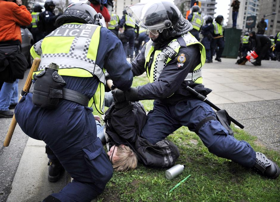 2)  13 февраля демонстранты перешли к более активным действиям.  В центре Ванкувера около 200 антиглобалистов начали быть стекла и витрины в магазинах, раскрашивать из баллончиков автомобили, задирать прохожих.
