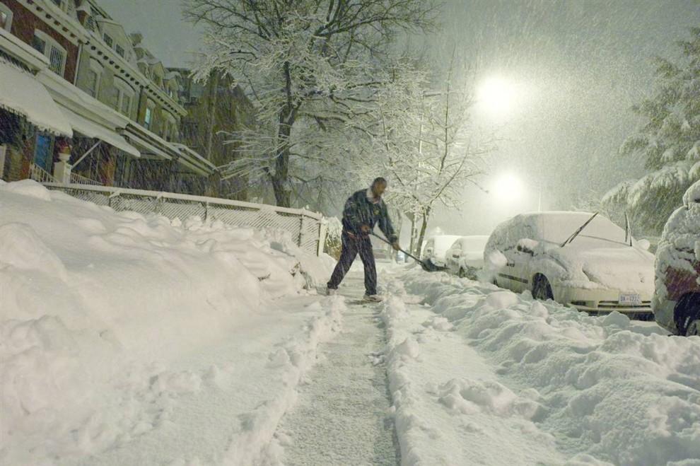 25. Кирк Дженнигс расчищает дорожку у своего дома во время снегопада в Вашингтоне 5 февраля. (Nicholas Kamm / AFP - Getty Images)