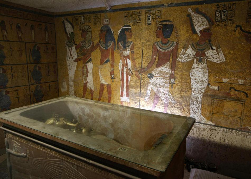 26. Саркофаг Тутанхамона в его гробнице после того, как археологи достали из него мумию фараона. Мумию защитили от влажности и загрязнений, приносимых постоянным потоком посетителей. 11 ноября 2007 года египетский власти ограничили доступ к гробнице фараона Тутанхамона до 400 человек в день. (CRIS BOURONCLE/AFP/Getty Images)