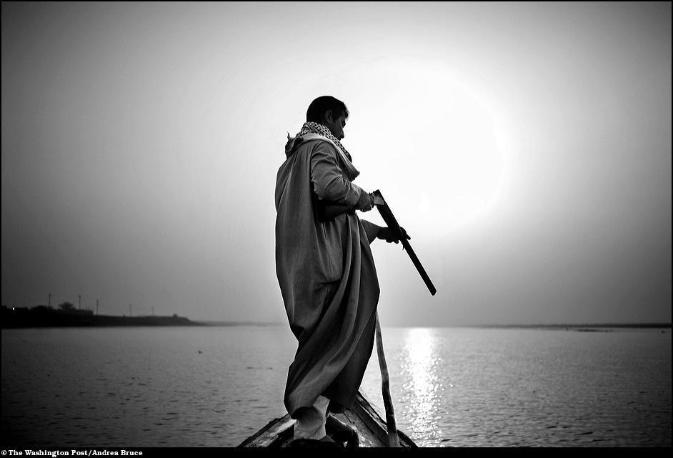 26) Репортаж о жизни людей в болотах Ирака, которые то высыхают, то снова наполняются водой.