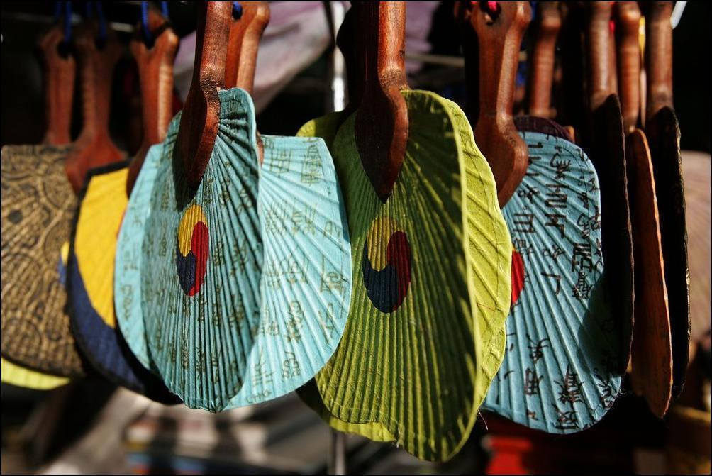 26) Еще делают разных цветов опахала с рисунками.(Getty Images/Chung Sung Jun)
