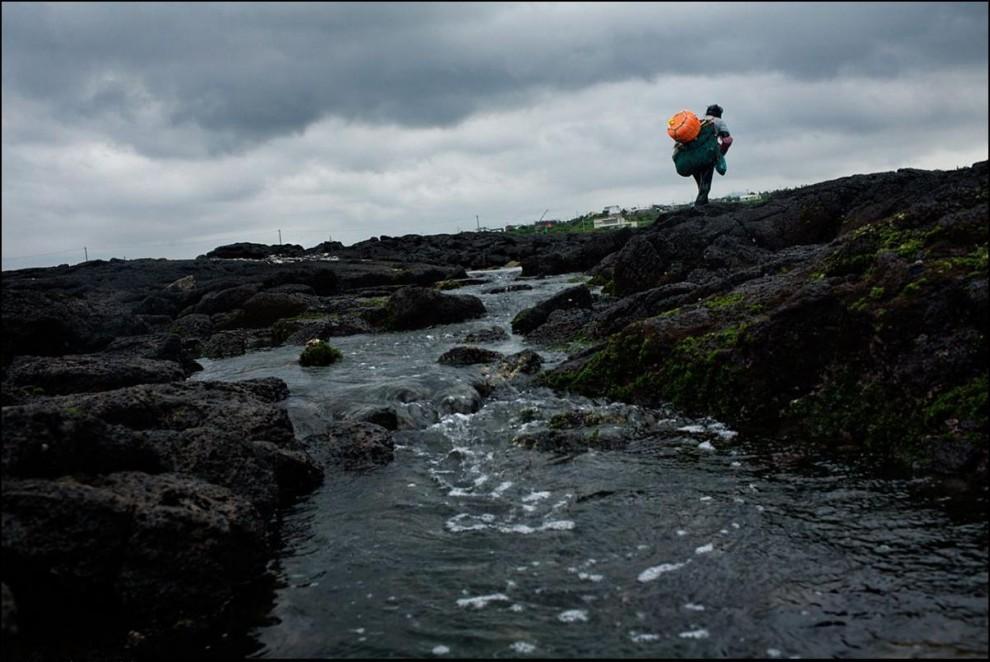 26) Хэнё идет домой по камененной земле.